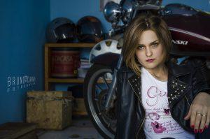 femme élégante à moto
