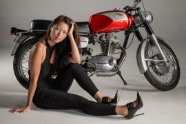 coiffure femme en moto